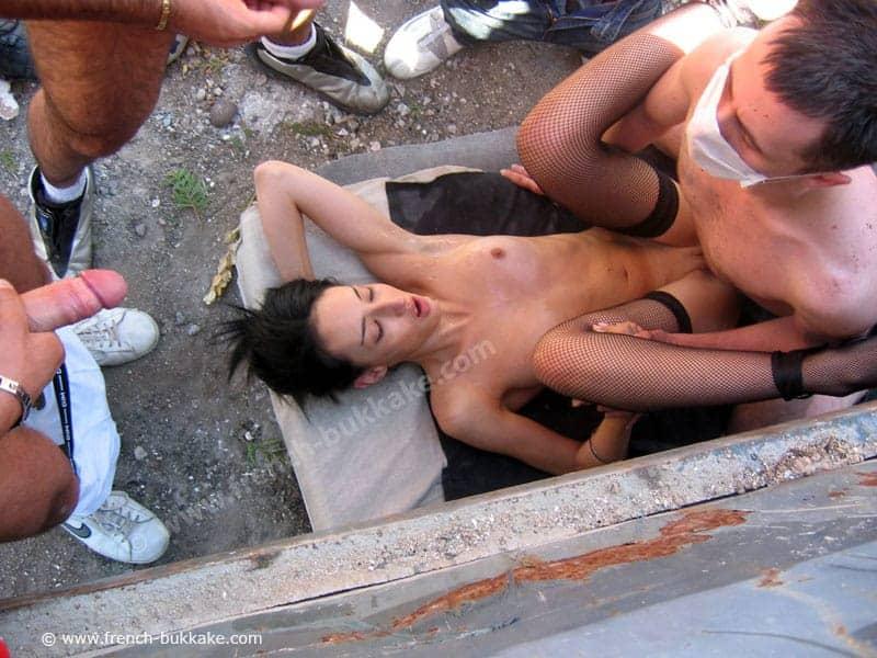 Gang bang humiliant pour Djaya