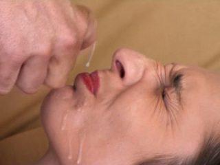 Ecoeurée de devoir avaler le sperme la bite à peine sortie de son anus !