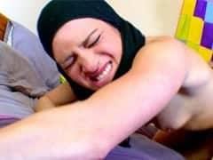 Fouzia beurette de 23 ans pour des raisons financières autorise de se faire filmer pour le site Beurettetour