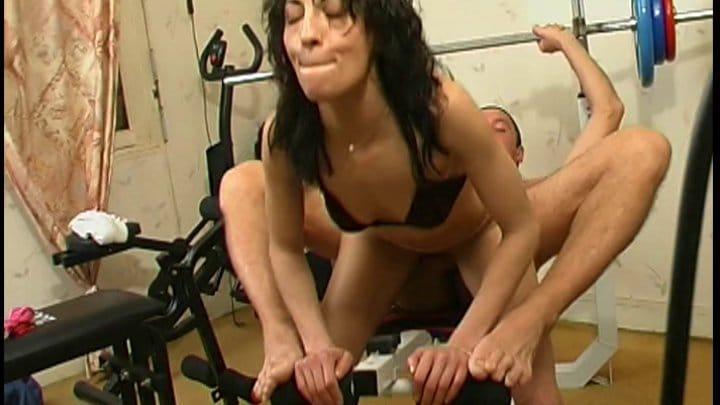 Défonce a la salle de muscu pour superbe brune