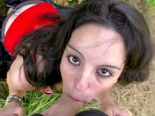 Melissa jeunette baisée sauvagement par deux mecs dans les bois