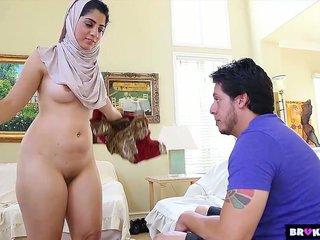 Femme musulmane infidèle baisée par le voisin