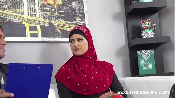 Musulmane en hijab baisée par son avocat