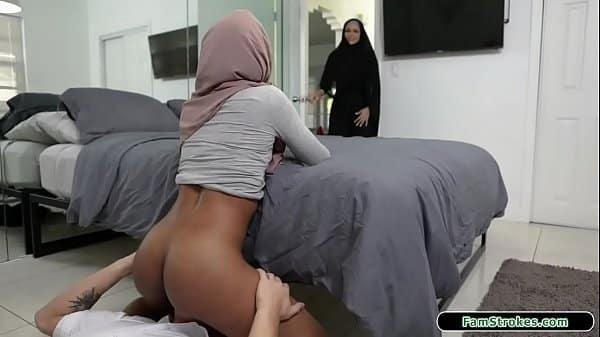 Salope arabe retire son voile pour se faire défoncer la chatte