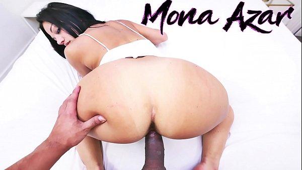 Il enfonce sa bite énorme dans les orifices de Mona Azar la beurette