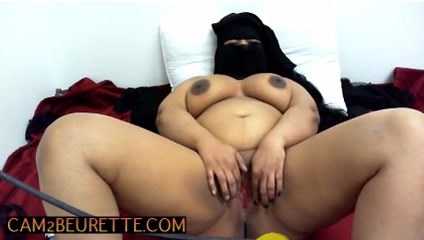 Femme ARABE coquine avec hijab jouant avec sa belle chatte